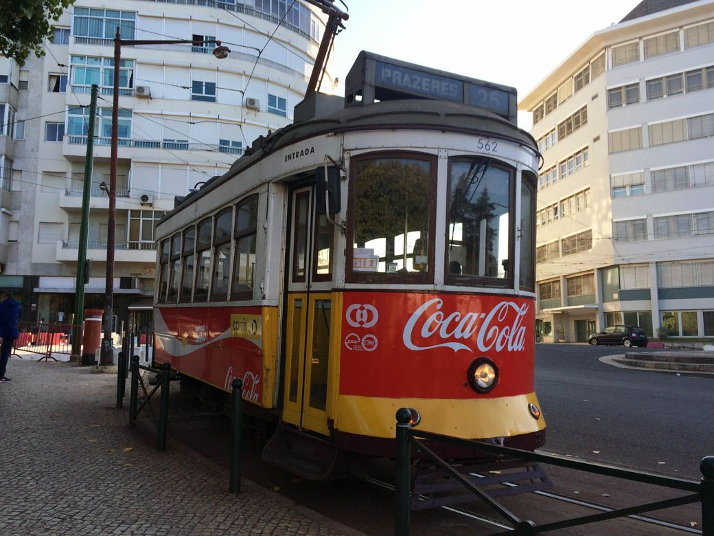 25 трамвай в Лиссабоне