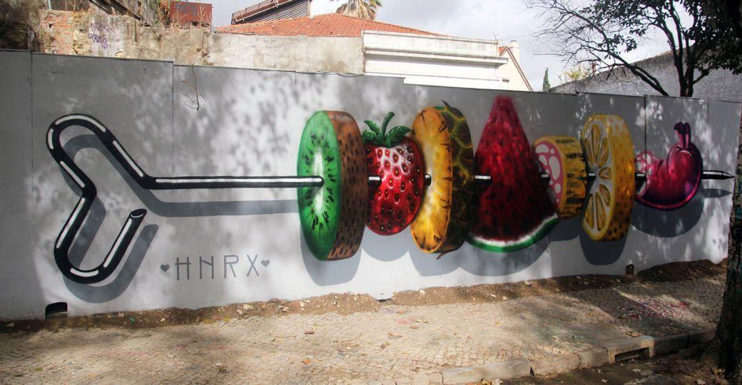 Граффити возле фуникулера Глория в Лиссабоне