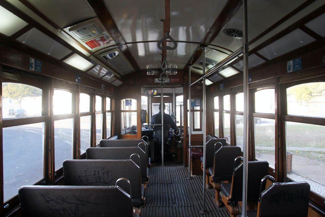 Интерьер трамвая в Лиссабоне