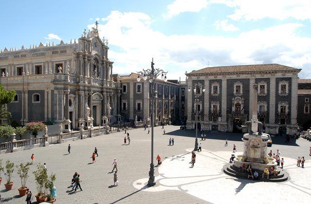 20061211 CATANIA: Piazza Duomo. ORIETTA SCARDINO