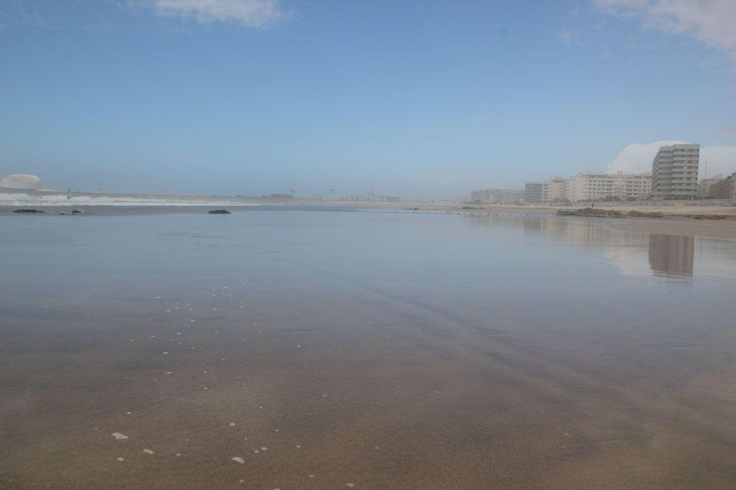 пологий пляж около Порту