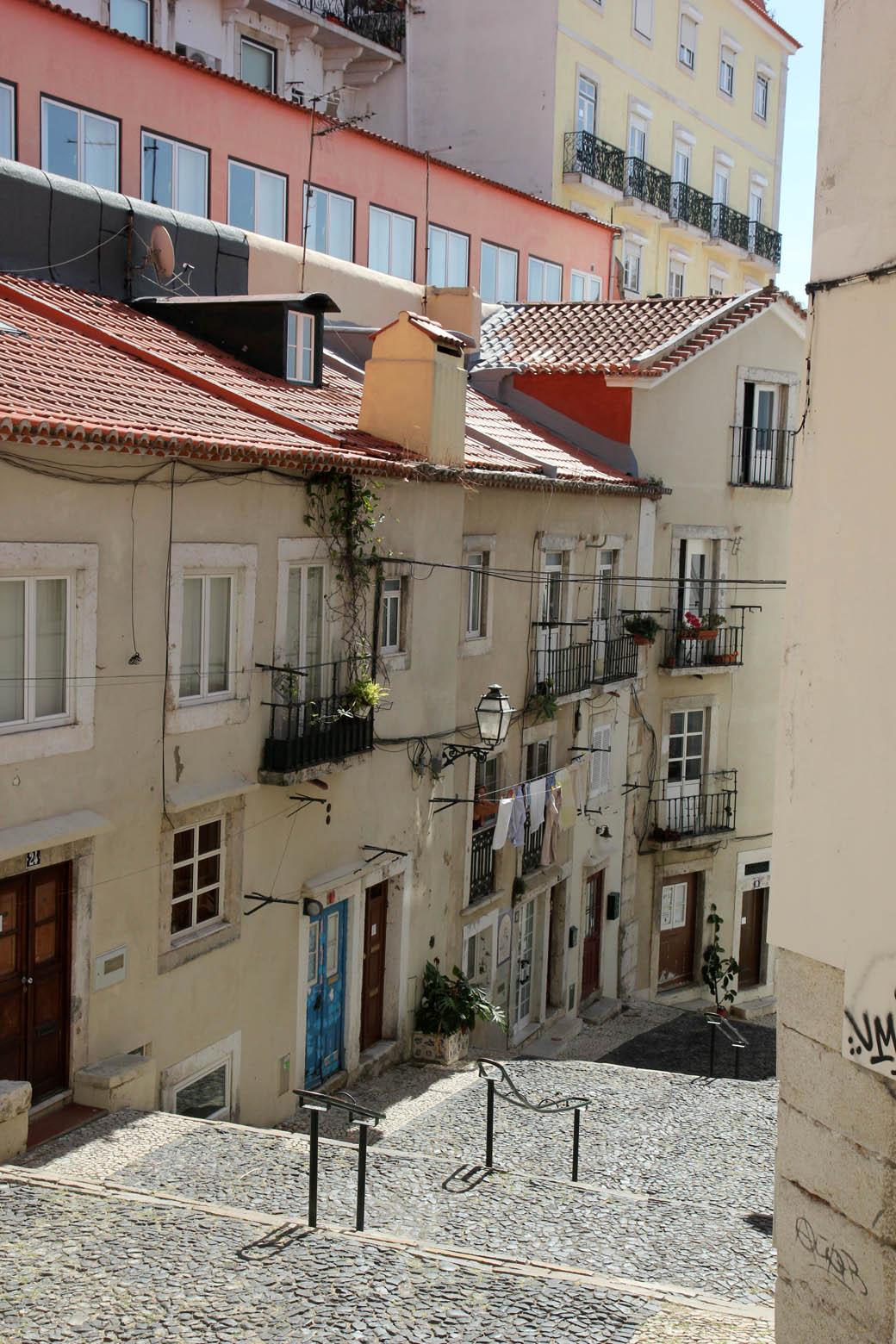 улочка в Лиссабоне