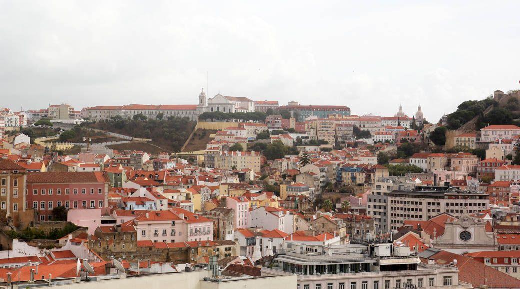 Вид с обзорной площадки в Лиссабоне