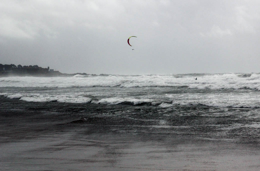 виндсерфинг на пляже Порту, Португалия