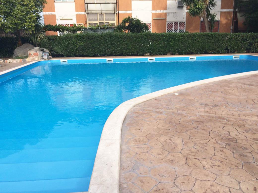 Бассейн в отеле Чампино