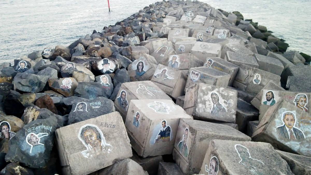 лица на камнях