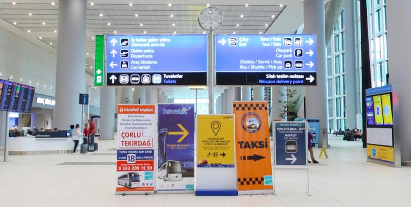 указатель автобусной остановки в аэропорту Стамбула